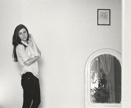 Photo de Julia Holter sur la pochette de l'album Have You In My Wilderness